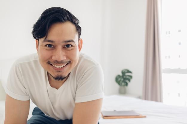 純真無垢な幸せな男の笑顔が自分の自撮り写真を撮ります。