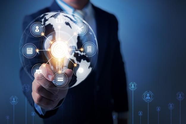 혁신과 비즈니스 아이콘 라인 및 연결 관리 개념을 생각하는 전구를 들고 전문 지도자의 아이디어