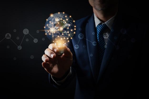 혁신과 전구를 들고 전문 지도자의 아이디어, 생각 관리 개념