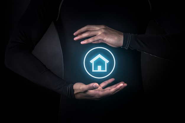 혁신, 미래, 미래의 개체 개념, 빛나는 스마트 홈 아이콘을 들고 손