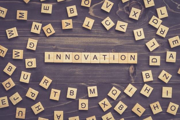 ビジネスコンセプトのテーブルの革新的な単語の木ブロック。