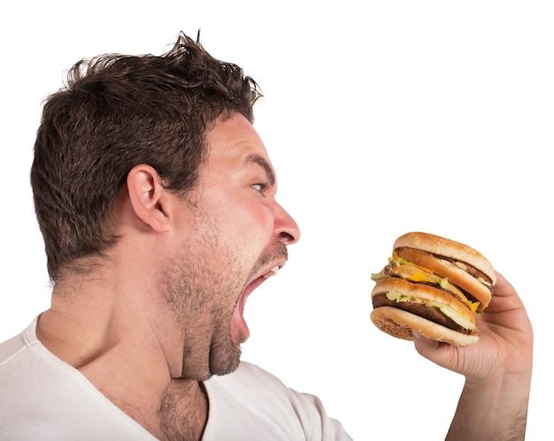 Ненасытный и голодный человек ест бутерброд