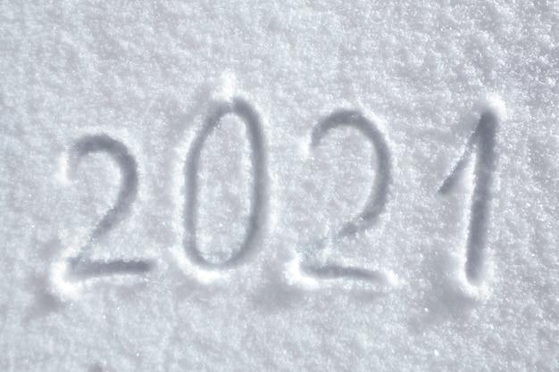 自然の雪面に2021年の碑文