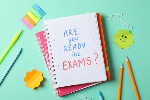 Надпись готовы ли вы к экзаменам? и стационарные на мятном столе, вид сверху