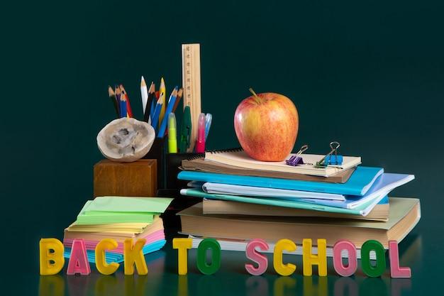 学校用品、バナーの背景と学校に戻る碑文