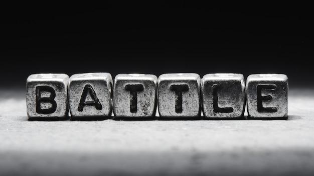 Надпись битвы на металлических кубах в стиле гранж на черном фоне изолированы