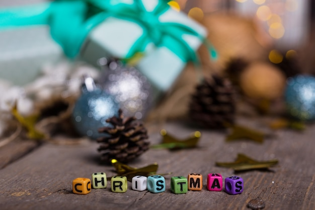 花輪の背景に碑文のクリスマスとギフトのグループ