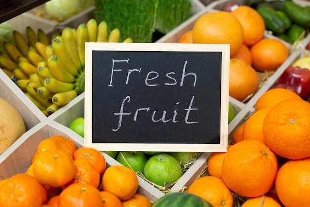 야채 가게의 기호에 분필 신선한 과일의 비문 프리미엄 사진