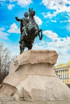 Надпись на здании - президентская библиотека имени б. н. ельцина и здание сената и памятник петру i (великому). санкт-петербург. россия.