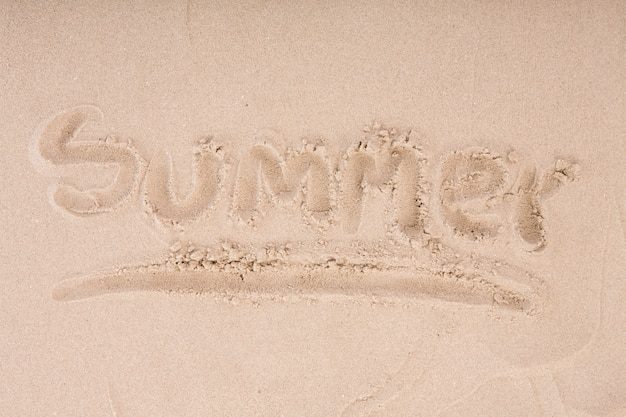 Надпись на мокром песке летом