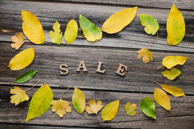 나무 표면에 비문 판매, 노란 잎의 프레임