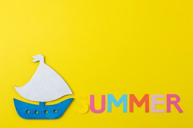 여러 가지 빛깔의 편지와 조개와 배의 종이에서 비문 여름. 여름. 기분 전환. 휴가.