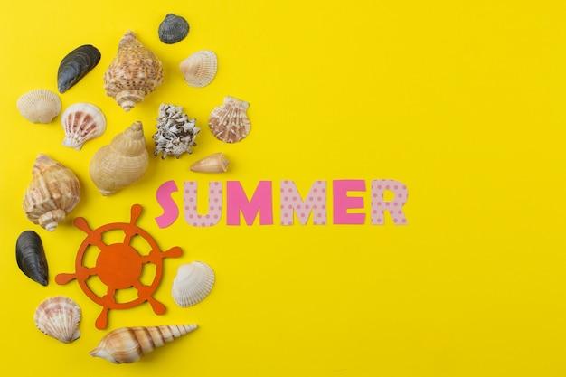 色とりどりの文字と貝殻の紙からの碑文の夏。夏。リラクゼーション。休暇。