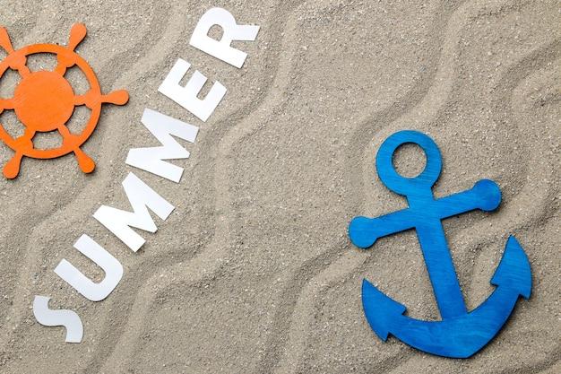 바다 모래에 종이 흰색 글자의 비문 여름. 여름. 기분 전환. 휴가. 위에서보기
