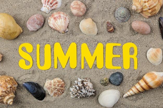종이 노란색 문자와 바다 모래에 조개의 비문 여름. 여름. 기분 전환. 휴가. 평면도