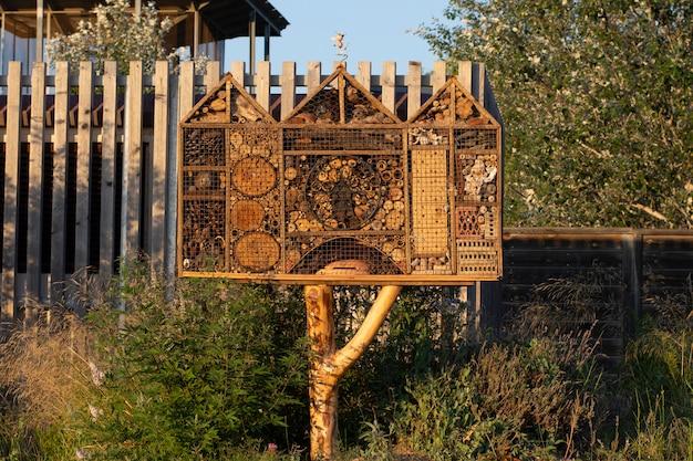 Отель насекомых в сельской местности