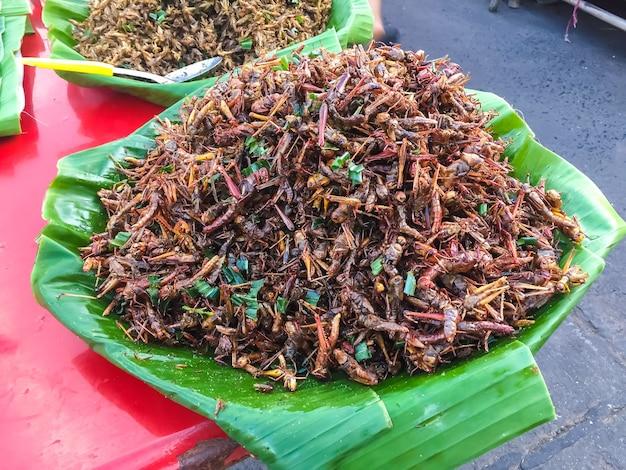 昆虫の揚げ物