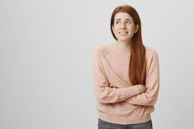 공포에 멀리보고 안전하지 않은 불안 빨간 머리 여자 학생
