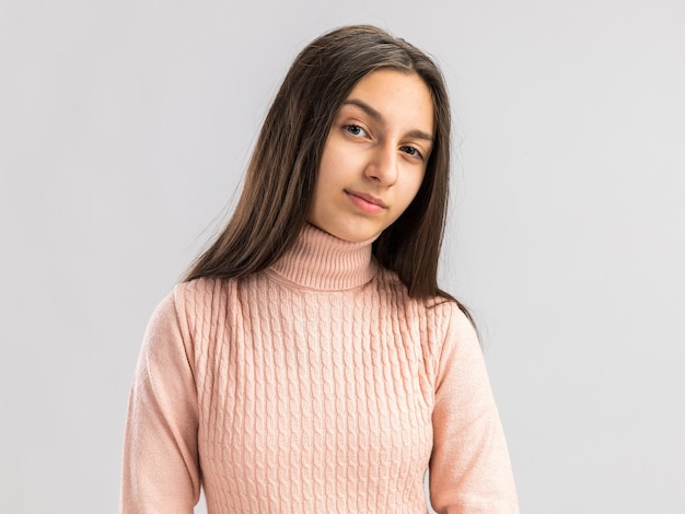 복사 공간이 있는 흰 벽에 격리된 앞을 바라보는 불안한 예쁜 10대 소녀