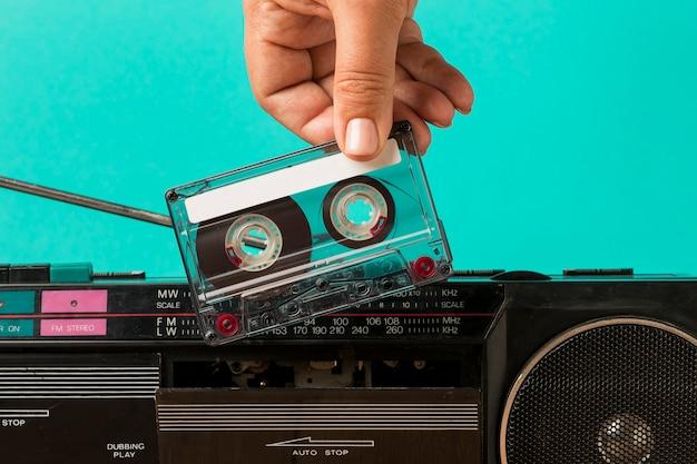 カセットにテープを挿入する