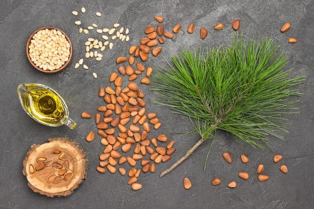 殻付き松の実と松の実の核。杉の枝と杉の油。