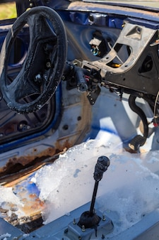 Внутри сгоревшей легковой машины. остатки пены, которую пожарные использовали для тушения пожара.