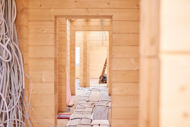 Внутри строящегося деревянного дома