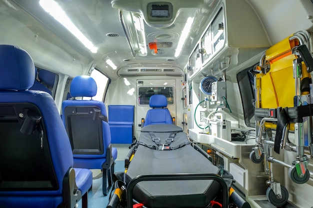 Внутри машины скорой помощи с медицинским оборудованием для оказания помощи пациентам перед доставкой
