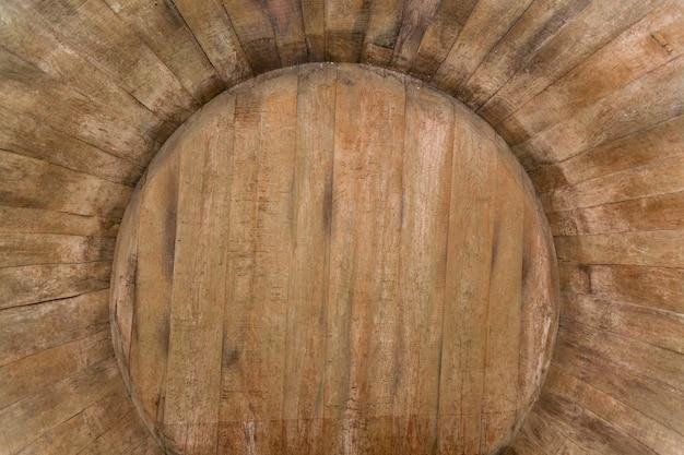 Внутри дубовой бочки, старый винный погреб с дубовыми бочками, бочки для вина в старых погребах.