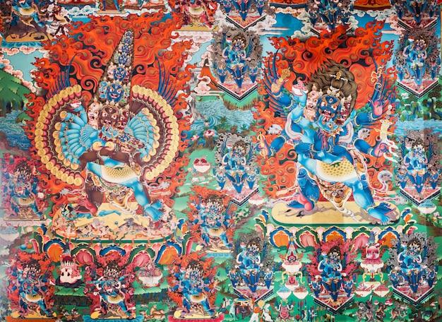 Внутри буддийский храм
