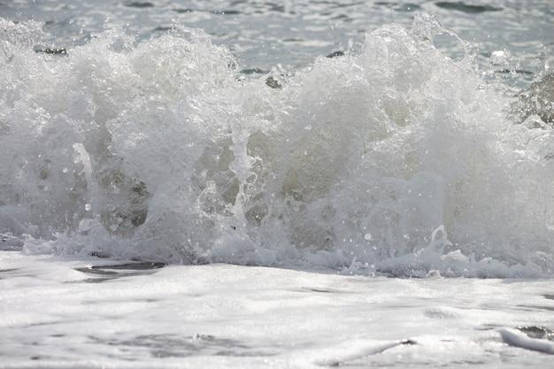 中空の海の波の内側浅い砂州と海岸線に向かって急上昇し、衝突するきれいな海の波
