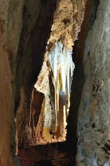 Внутри красивой старой темной пещеры с множеством сталактитов. grotte di is zuddas, италия, сардиния