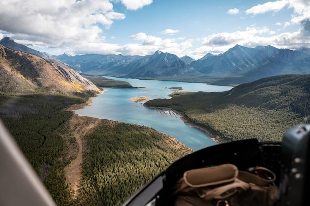 국립 공원의 다채로운 호수와 함께 록키 산맥을 비행하는 헬리콥터 내부
