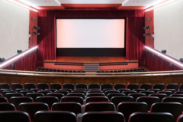빈 좌석과 무대가있는 영화관 내부