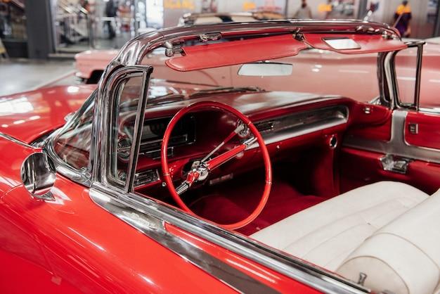 赤いヴィンテージカブリオレ車の内部