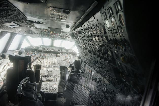 2つのパイロットシートと計器を備えた老朽化した飛行機の内部