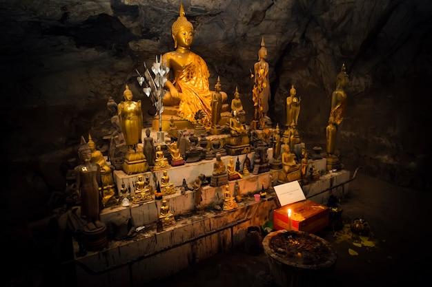 Pak u 동굴 내부에는 많은 금도금 불상이 있습니다. 동굴은 라오스 루앙프라방 근처에 있습니다.