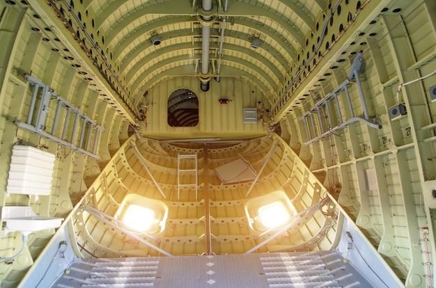 대형 화물 헬리콥터의 구획 내부.