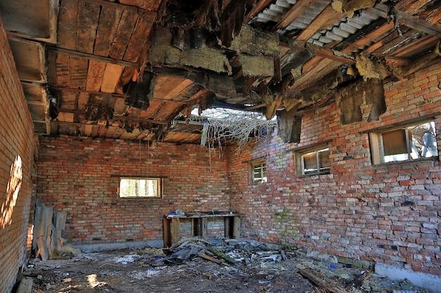 破壊された建物の中。爆弾が天井を突き刺した。