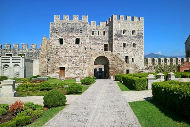 Внутри исторического комплекса крепости ратати, также известной как замок ахалцихе, грузия