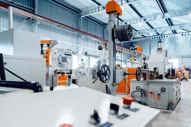 Внутри нового завода по производству электрического кабеля. кабельная продукция.