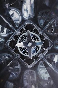 블렌더 유리의 내부 공간과 중앙의 날카로운 스테인리스 스틸 블레이드
