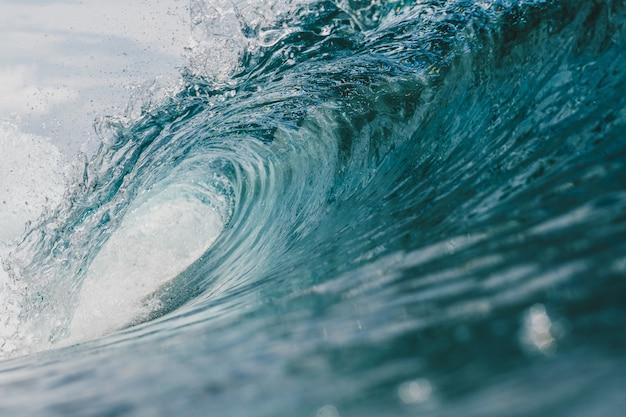 Vista interna dell'enorme onda che si infrange sul mare nelle isole mentawai, indonesia