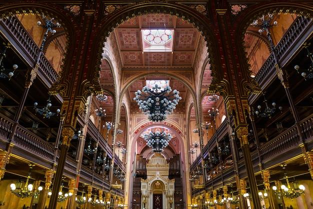 Вид изнутри большой синагоги будапешта - крупнейшей синагоги в европе