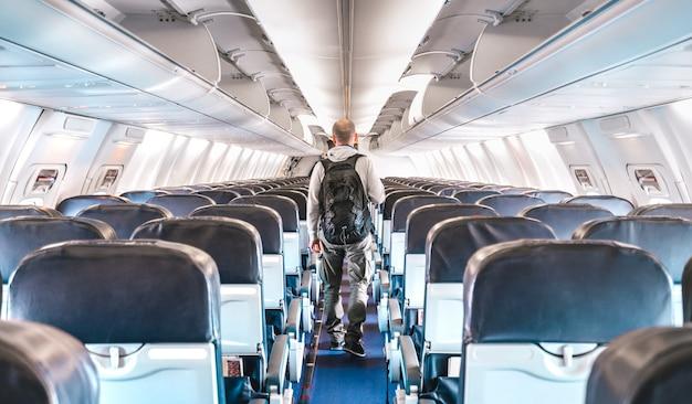 Внутренний вид коммерческого самолета с одиноким путешественником