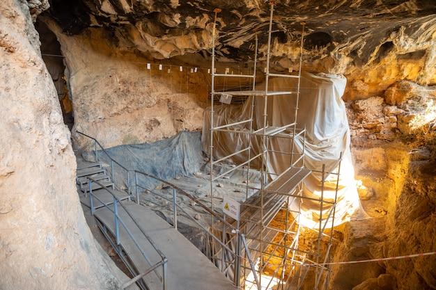 トルコの周りに天然の鍾乳石と石筍があるアンタルヤのカライン洞窟の内面図