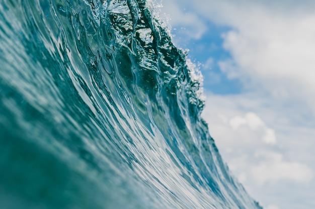 インドネシア、ムンタワイ諸島の巨大な砕波の内面図