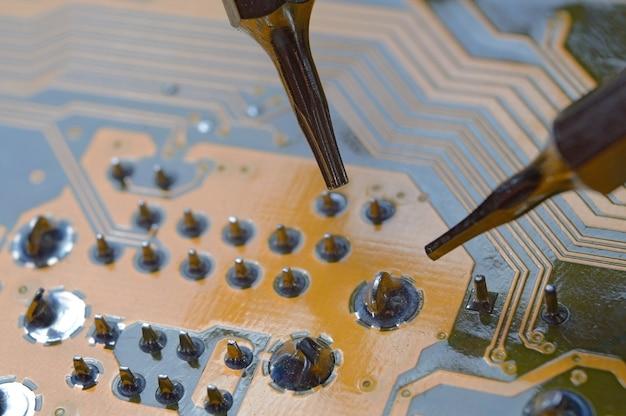 マザーボードのマイクロ回路の接点の検査と修理。大きい。