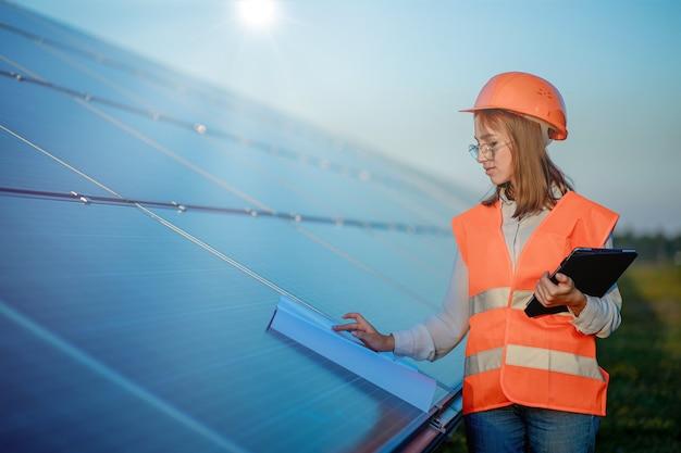 태양 전지 패널 전원 농장에서 일하는 디지털 태블릿을 들고 관리자 엔지니어 여자