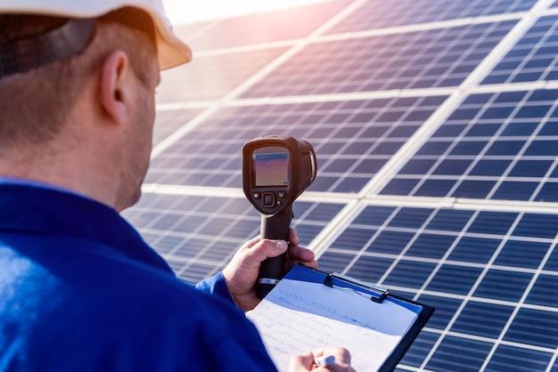 赤外線カメラを使用した太陽光発電モジュールの検査官による検査